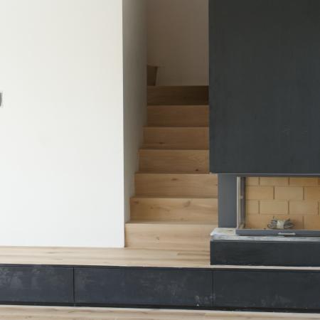 Parquet chêne sur estrade et escalier huilé blanc sur place